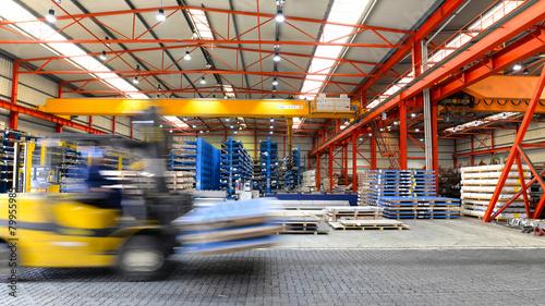 Leinwanddruck Bild Industriehalle - Gabelstapler in großem Stahlager
