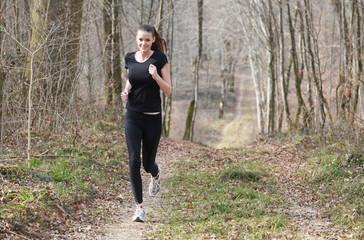 Jeune femme faisant un footing en forêt