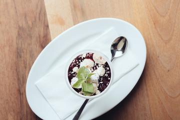Panna cotta in Glas auf Teller mit Löffel // Ansicht von oben
