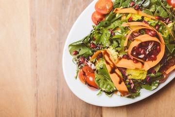 Salat auf kleinem Teller // Oben Ansicht