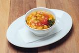 Mediterrane Suppe // Ansicht von vorne