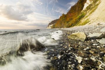 Kamienna plaża pod klifem na wyspie Rugia