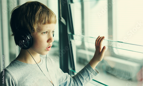 Leinwanddruck Bild boy with headphones