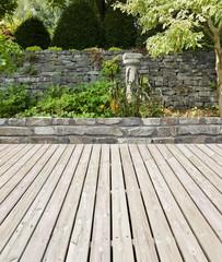 Gartenterrasse mit Natursteinmauer