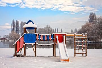 parco giochi coperto di neve