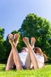 Freunde halten im Park die Beine in die Sonne