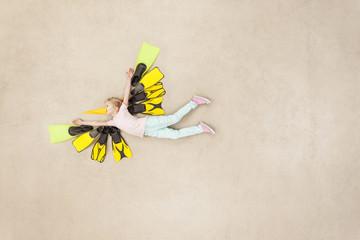 Mädchen verkleidet als fliegender Vogel