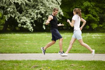 Mann und Frau joggen im Park
