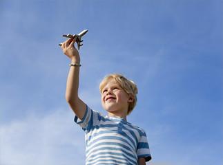 Deutschland, Bayern, Junge (4-5 Jahre) spielen mit Spielzeug-Flugzeug