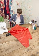 Modedesignerin arbeitet an ihrem Schreibtisch