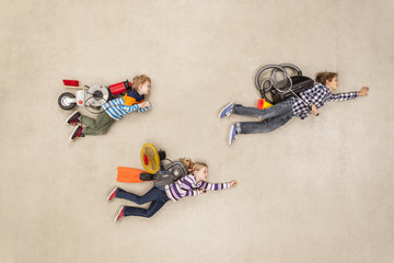 Kinder fliegen