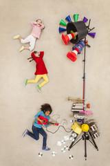 Kinder spielen Rock-Band
