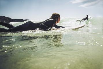 Frankreich, Bretagne, Camaret sur Mer, Teenager Surfen an Atlantikküste