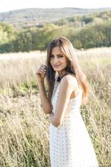 Porträt der lächelnden jungen Frau mit Sommerkleid