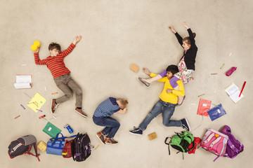 Schulkinder kämpfen miteinander