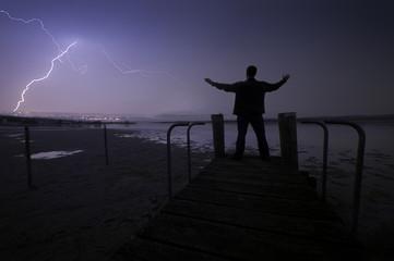 Deutschland, Baden-Württemberg, Bodensee, Älterer Mann auf Bootssteg, Blitz über Konstanz in der Nacht