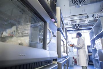 Weibliche Techniker arbeiten in Biochemie Labor