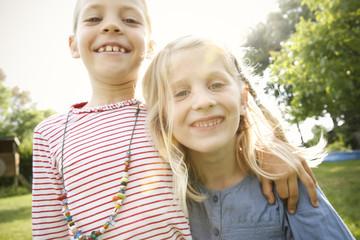 Zwei glückliche kleine Mädchen
