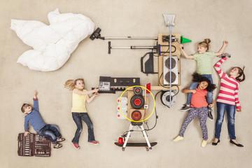 Kinder experimentieren mit neuer Wettermaschine