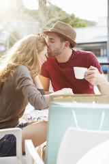 Paar auf Shopping-Tour macht eine Kaffeepause