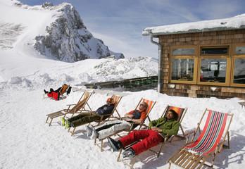 Deutschland, Damkar, Männer auf Liegestühlen in den Bergen