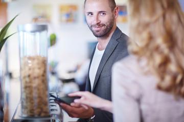 Unternehmer und Unternehmerin, am Frühstücksbuffet