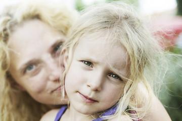 Deutschland, Nordrhein-Westfalen, Köln, Porträt Mädchen mit ihrer Mutter, close up