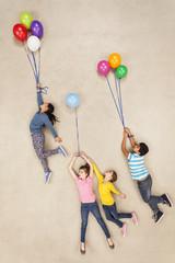 Kinder fliegen auf Luftballons davon
