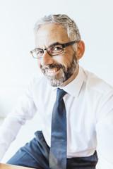 Porträt, der lächelnde Geschäftsmann mit Brille