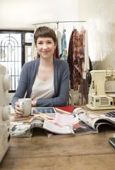 Portrait, Mode-Designerin an ihrem Schreibtisch