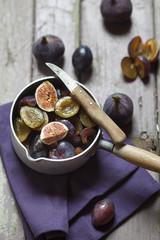 Geschnittene Feigen und Pflaumen zur Herstellung von Marmelade