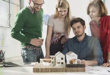 Gruppe Architekten im Büro mit Architekturmodell
