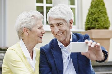 Deutschland, Hessen, Frankfurt am Main, Älteres Paar fotografiert sich selbst