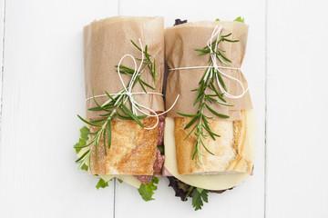 Baguette-Sandwiches mit Rosmarin auf weißem Holzplatten