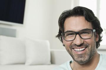 Deutschland, Berlin, älterer Mann mit Brille, Lächeln, Portrait
