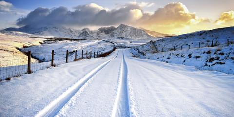 Vereinigtes Königreich, Schottland, Blick auf Reifen Spur und Schneeberge