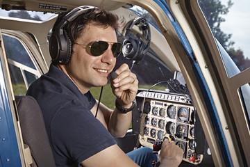 Deutschland, Bayern, Landshut, Hubschrauberpilot im Cockpit