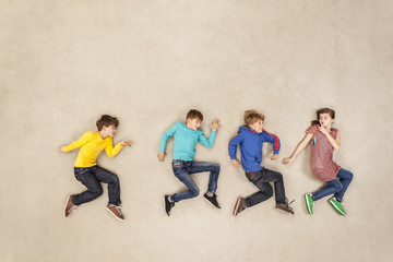 Kinder auf Zehenspitzen