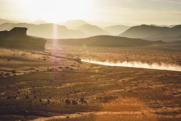 Jordanien, Sand Staub von einem Geländewagen in der Wüste Wadi Rum