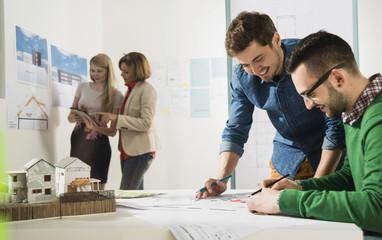 Junge Architekten im Büro, Blick auf Bauplan