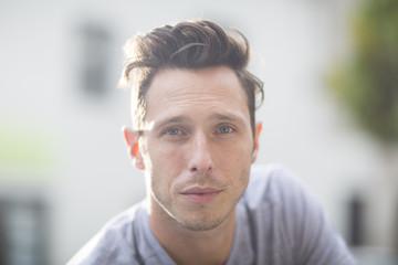 Porträt der jungen Mann mit Haartolle