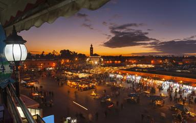 Marokko, Marrakesch, Blick auf den Djemaa el-Fna-Platz in der Abenddämmerung