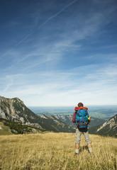 Österreich, Tirol, Tannheimer Tal, junge Wanderer betrachten Aussicht