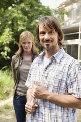 Junges Paar, Mann mit Zollstock, Lächeln, Portrait