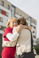 Enkelin und ihre Großmutter streicheln sich gegenseitig