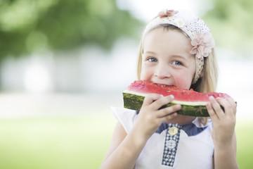Portrait des kleinen Mädchens mit Haarband und Wassermelone