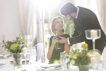 Elegantes Paar im Restaurant