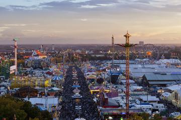 Deutschland, Bayern, München, Blick auf Oktoberfest in der Abenddämmerung
