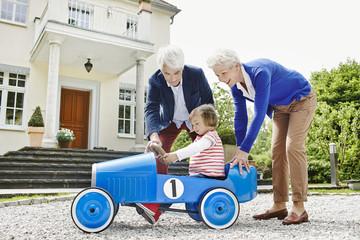 Deutschland, Hessen, Frankfurt am Main, Älteres Paar mit Enkelin