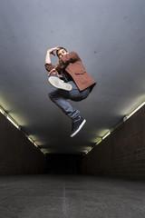 Junge Breakdancer springen in die Luft in Unterführung